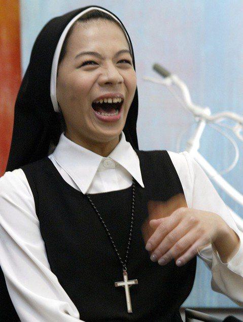 江美琪在舞台劇「跑路天使」的修女造型,笑得這麼開,該不會是「修女也瘋狂」吧!其實在彩排此劇期間,小美經歷了喪父之痛。