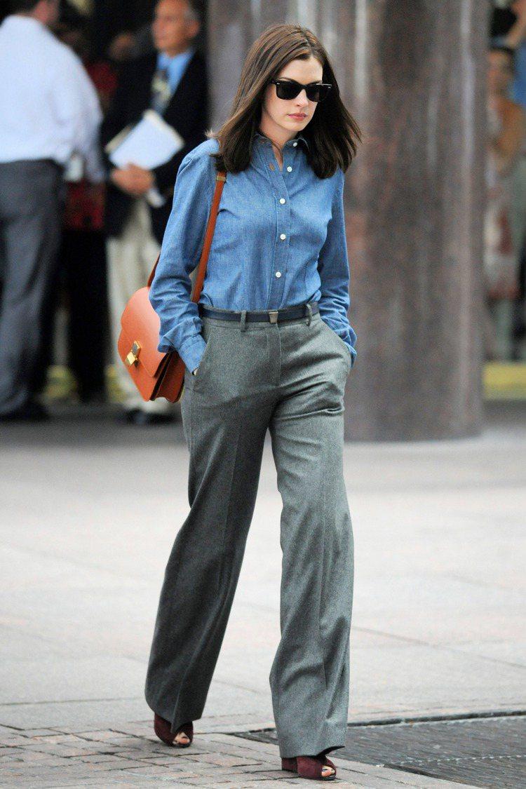 安海瑟薇穿褲裝裝扮執行長,肩背Celine的Box包。圖/達志影像