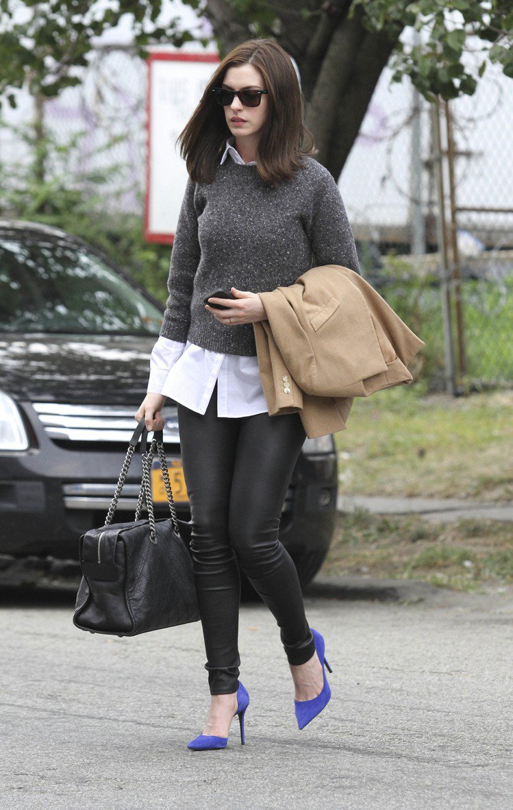 實用的香奈兒包是安海瑟薇在戲中最常的配件,她以襯衫外搭針織衫、皮褲,裝扮俐落。圖...