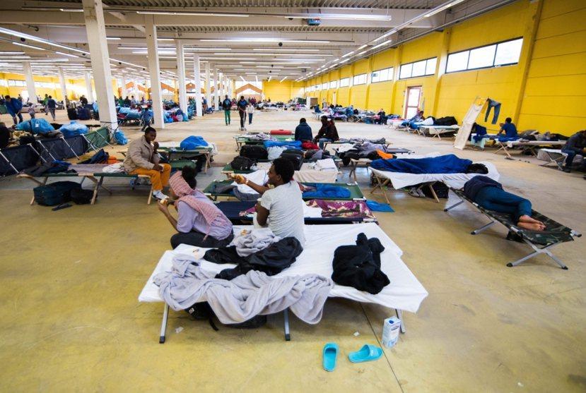 德國漢堡一間倉庫被臨時搭建為難民收容處。 圖/歐新社