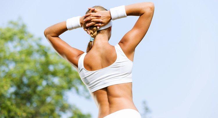 擴背運動可舒緩50肩、消除蝴蝶袖,修飾手臂線條。 圖片來源/123RF