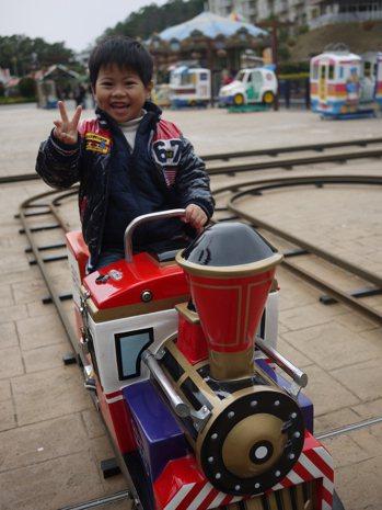 園內的小火車跟遊園車都是免費。西湖度假村真的很適合小小孩來慢遊。 圖/出版社提供