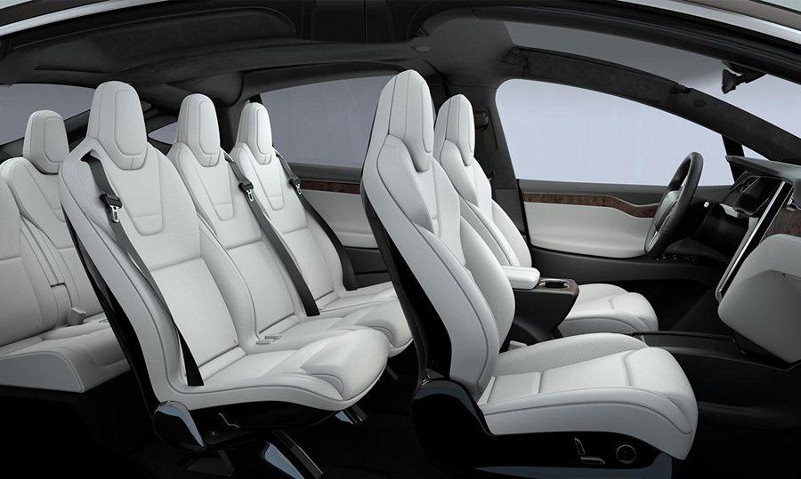 獨立式第二排三人座椅與可完全放平的第三排雙人座椅。 Tesla提供