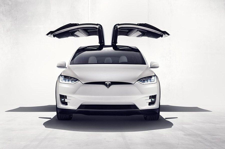 外型類似傳統鷗翼式車門的 Falcon獵鷹式後車門。 Tesla提供