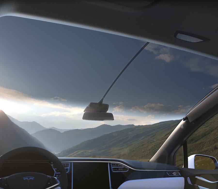 超大全景式擋風玻璃提供駕駛猶如敞篷車的寬裕視覺感。 Tesla提供