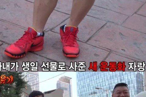 4日,韓國新綜藝節目《新西遊記》正式播出,李昇基在與姜虎東聊天時透露自己算卦的趣事,並提及明年入伍之事。節目中,姜虎東炫耀妻子給他買的紅色跑鞋,因為此次節目是前往西安拍攝,中國人喜歡紅色。而李昇基也...