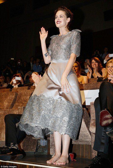 大家還記得《暮光之城》的女主角克莉絲汀史都華嗎?她的新片《Equals》入圍了威尼斯影展競賽片,她和同片男主角尼可拉斯霍特一同出席威尼斯影展,在紅毯上展現了另外一種的風情,以一襲銀色蕾絲裙裝和銀色高...
