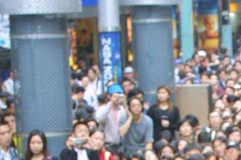 蕭亞軒在西門町為《明天》專輯舉辦簽名會,粉絲塞滿街頭,不過Elva那藍色眼影是怎麼回事?