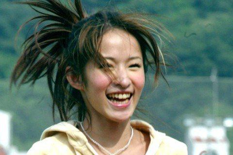 蕭亞軒曾為中華職棒總冠軍戰代言還上場投球時服裝,十足運動女孩風。