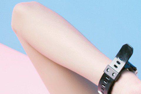 形象清純的「豆花妹」蔡黃汝因戲約不斷,拖了3年,終於要出EP,將流行語「壁咚」唱進歌裡。但新公開的照片,豆花妹尺度大開,未穿內衣、大袖口露出身體左側至腰,微露「西半球」,加上神似日本妹的雙馬尾,呈現...