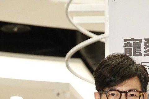 品冠1日為 BKK ORIGANAL聯名設計包款出席活動,特地幫這款包包命名為「暖男包」。日前因為杜鵑颱風攪局,品冠原定9月29日飛抵台灣,結果在機場等到凌晨4點才起飛,表情略顯疲憊說:「回到家已是...