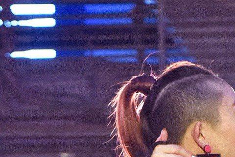 溫嵐在首波「放閃」MV中,就剪了短髮、穿上偏中性的男裝。這也是溫嵐的第一次,所以企畫最初還擔心不知如何說服「嵐妹」落髮,沒想到她阿莎力地說:「好,剪。」但這剪可不隨便,操刀者是香港名師Billy C...