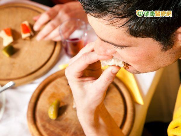 晚餐吃得過飽易引起慢性疾病。