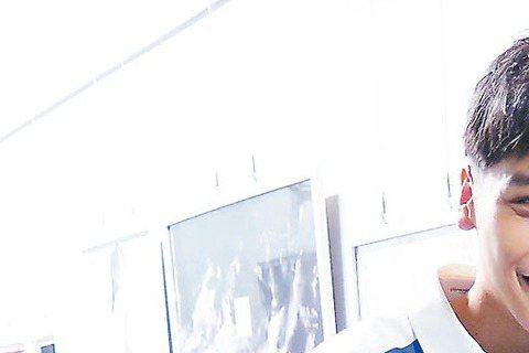 蔡旻佑推出新單曲「我想我可以」,在北中南舉辦同名演唱會宣傳,2日在台中開唱,請到他就讀師大附中時的隔壁班同學艾怡良擔任嘉賓,艾怡良穿中空裝大秀川字腹肌,蔡旻佑嗆:「用靈魂唱歌,別只用腹肌唱!」艾怡良...