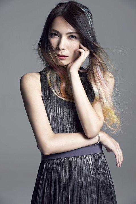 金曲入圍常勝軍Tizzy Bac主唱陳惠婷,將在10月30日再推出第2張個人專輯,這回改唱奇幻電音,她也首次嘗試接髮,搖身一變成為文青版「凱莉米諾」。專輯取名為「成人世界」,充滿哲理的她,無論歌名與...