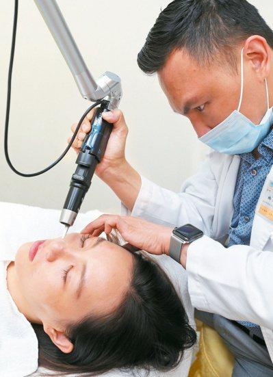 醫師提醒,微整形術前應接受評估,才能減少副作用。 報系資料照