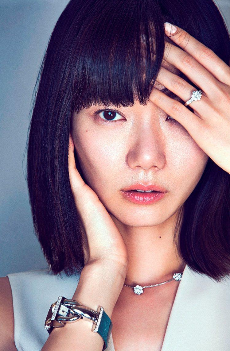 韓國知名演員裴斗娜演繹梵克雅寶Cadenas腕表。圖/梵克雅寶提供