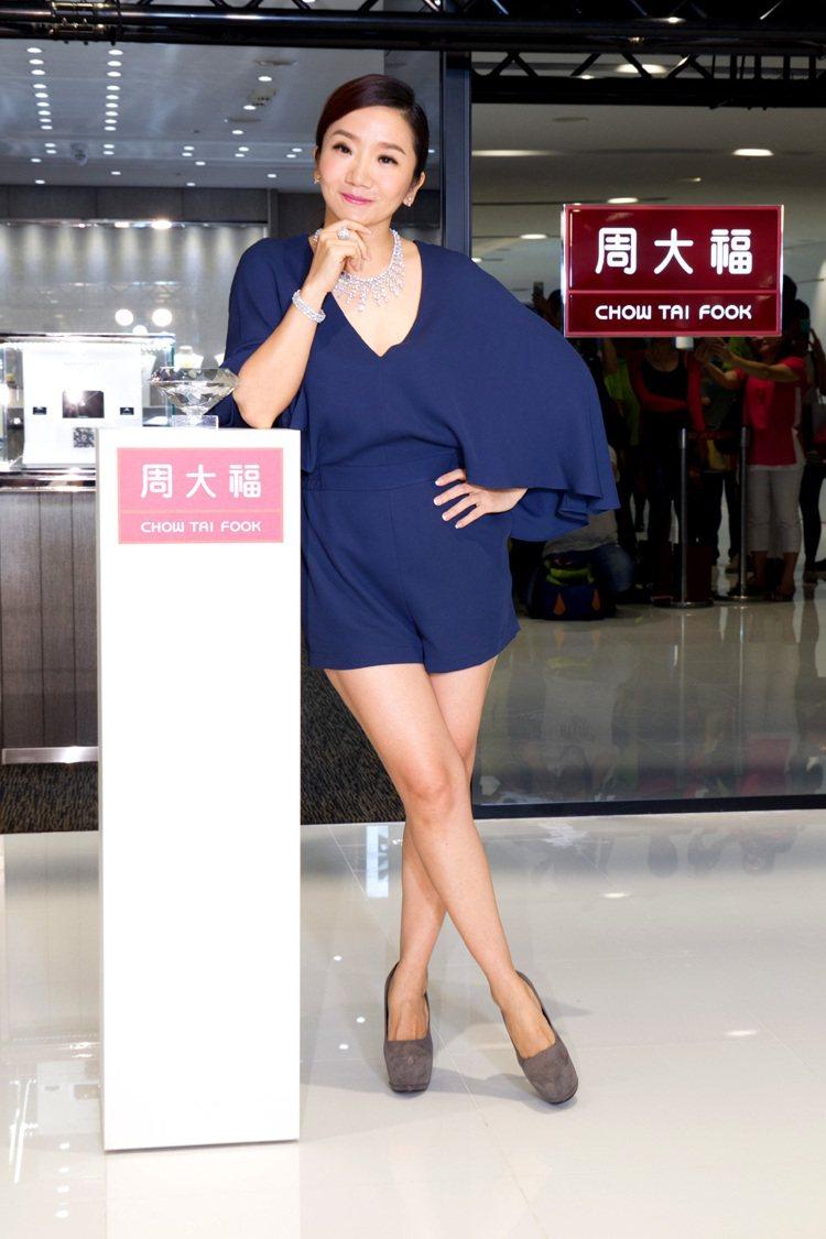 陶晶瑩小姐展示FOREVERMARK市值1億2190萬1千的珠寶。圖/周大福提供