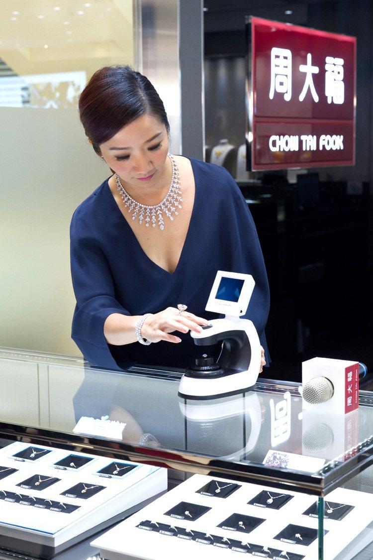 陶晶瑩小姐透過鑑賞儀展示FOREVERMARK專屬印記。圖/周大福提供