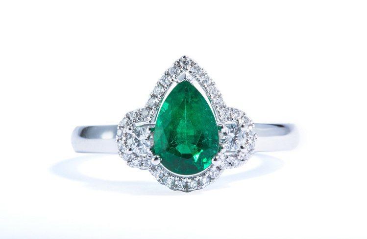 華貴祖母綠美鑽戒指,33顆鑽石共0.21克拉,祖母綠主石1.17克拉,定價256...