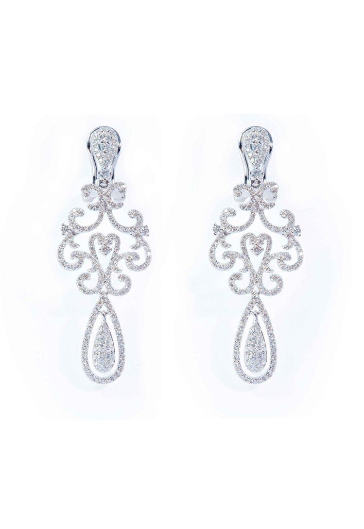 華麗巴洛克美鑽耳環,384顆鑽石共2.12克拉,定價188,000元。圖/周大福...