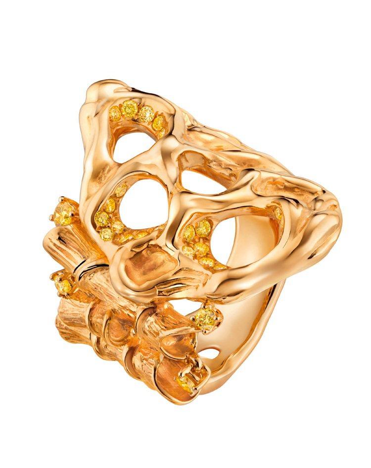 萬旅千尋--18K黃金縷空戒指同樣以彩黃鑽密鑲。