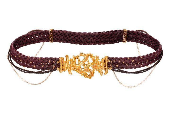 萬旅千尋--皮革腰帶、項鏈配搭18K黃金彩黃鑽縷空扣子。