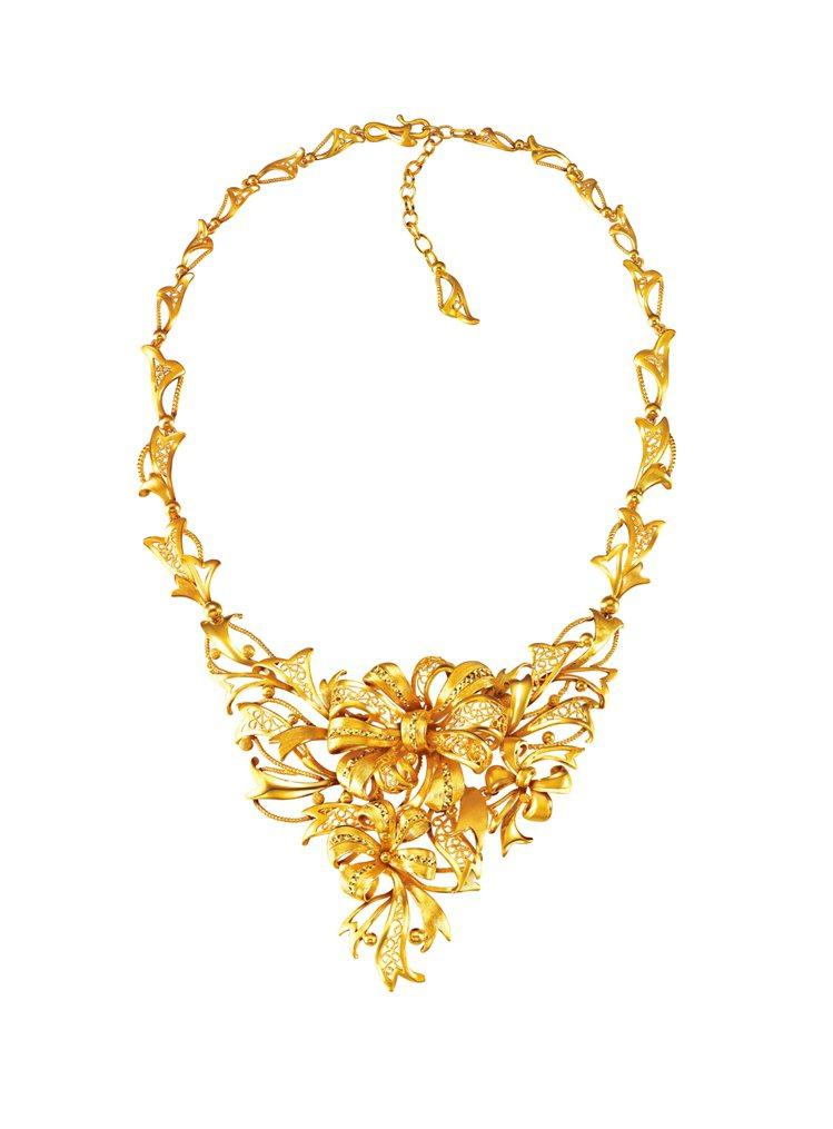 完美婚嫁系列「絲帶蒂結」黃金首飾建議售價188,000元起。圖/周大福提供
