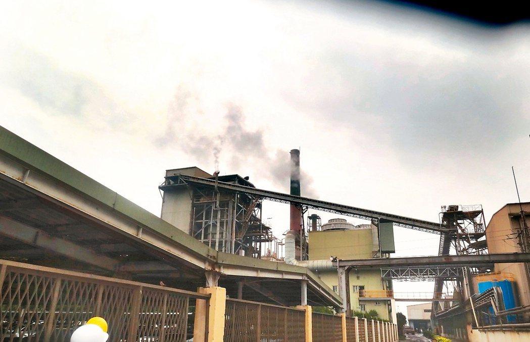 設法管一管 工廠排出廢氣濃煙,是健康殺手。 記者郭宣彣/翻攝
