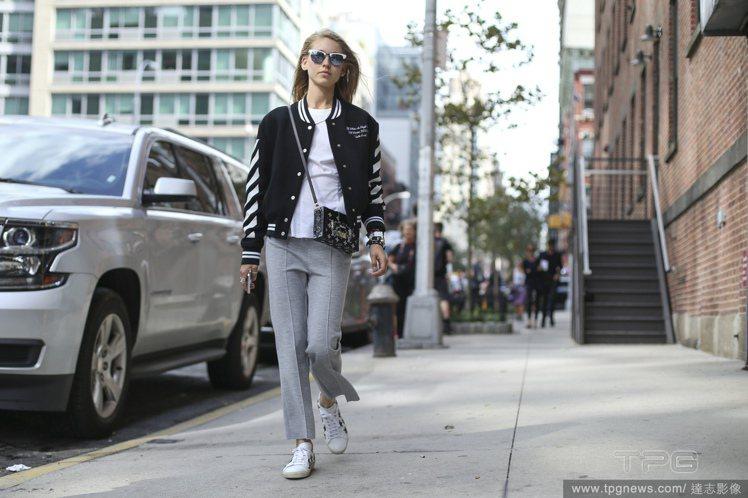 搭棒球外套與飛行員外套,可用其他單品提升女人味。圖/達志影像