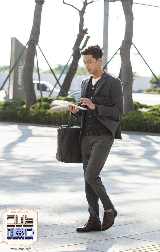 三層穿搭帶來嚴謹柔和的紳士風情,。圖/擷自MBC官網