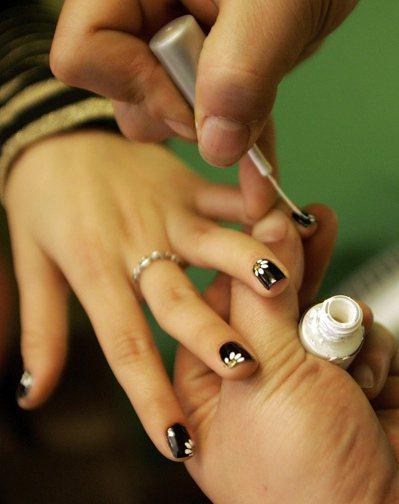 食藥署日前檢驗市售指甲油,共7款驗出致癌「甲醛」超標。示意圖/美聯社