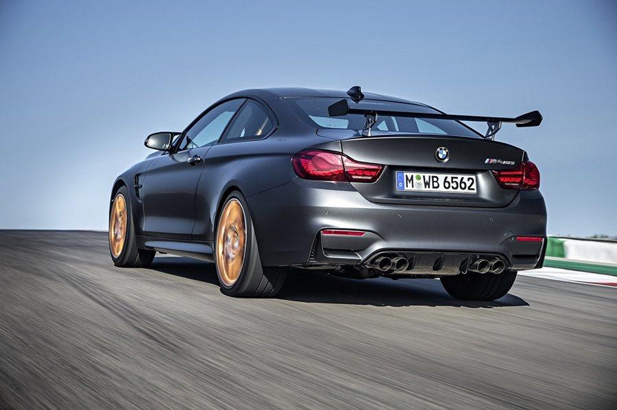 車尾搭載了可調式碳纖維導流尾翼與碳纖維複合材質行李廂蓋。 BMW提供