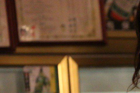 高雄電影節公布「台灣越界」單元片單,短片「深夜海產店」中,新科金鐘影后朱芷瑩扮演年過30、曾是國標舞選手的酒促妹,為了資助男友的事業,犧牲自己的夢想,卻意外發現男友有小三。朱芷瑩為了詮釋國標舞高手,...