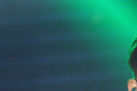 溫嵐成立嵐圖經紀公司當老闆娘後,首推新專輯「愛上自己」,記者會上,溫嵐頂著中性髮型,穿爆乳裝唱跳首波主打歌「放閃」,她指一直以來都愛自己,時多時少、時而茫然,戀愛後更是愛另一半比愛自己多,太過義無反...