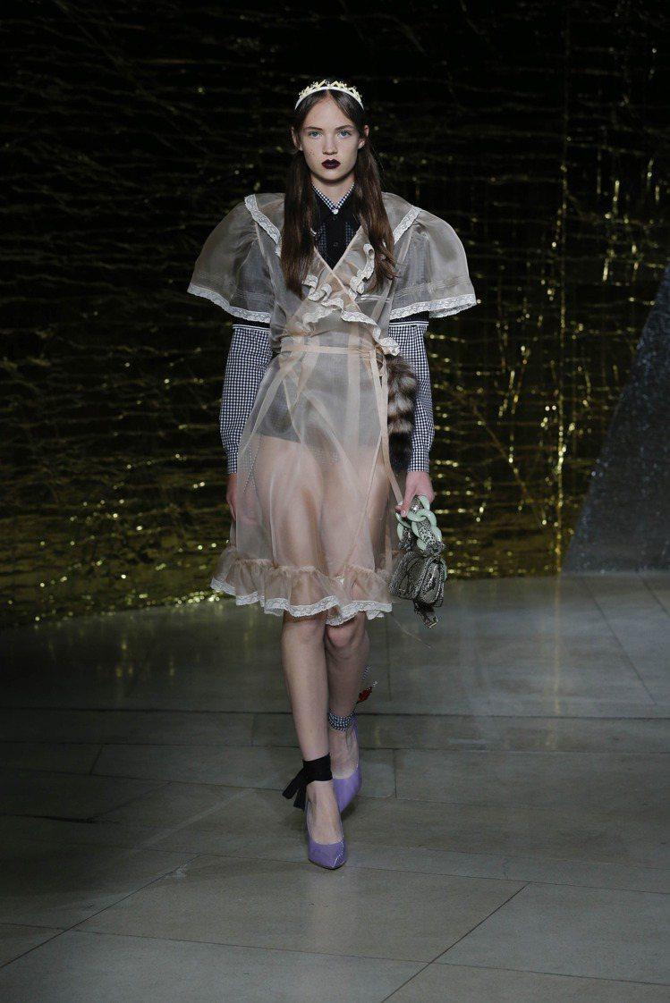 Miu Miu 延續秋冬的八○年代高調風格,將寬肩線和oversize的設計帶進...