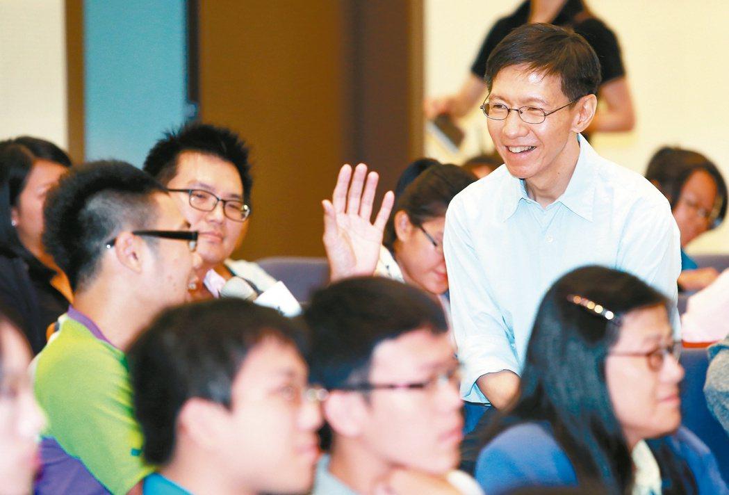 「為青年尋路論壇」主持人王文華(右)妙語如珠,台上台下打成一片。 記者陳柏亨/攝...