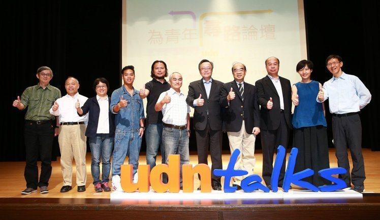 「願景工程-為青年尋路論壇」──花蓮場,奧丁丁創辦人王俊凱(左五)等人一起開講。...