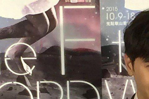 第22屆女性影展今(9日)開幕,當紅小生謝佳見擔任嘉賓,力薦情節絕妙的「三姑的性教慾」,也坦言對於性議題的電影頗感興趣,立刻被媒體逼問,透露12歲在上過生物課中的相關章節後,馬上跟友人借了西洋A片看...