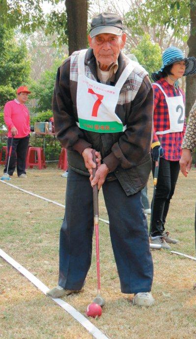 林清田一○三歲,打起球來手腳俐落,常提醒七十、八十歲的晚輩打球要認真。 記者...