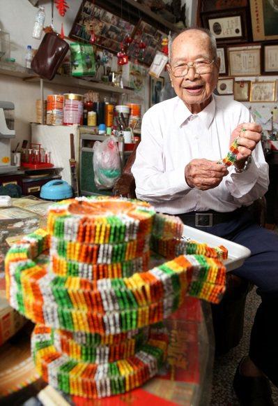住在花蓮101歲的人瑞蘇萬欽老當益壯,80歲時無師自通,用廢棄的四色牌製作石磨、...