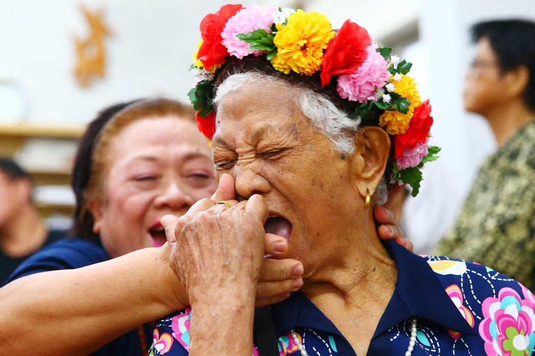 一百零二歲的孫貴花,生活規律,有一口好牙,走路不必靠拐杖,能跳舞,還能彎腰摸到地...