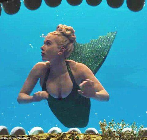女星史嘉蕾喬韓森銀幕形象大多以冷艷形象居多,但在新片「Hail, Caesar!」裡她化身美人魚,亮眼的綠色魚尾禮服搭配閃亮冠冕,海中精靈的造型令人眼睛一亮。由柯恩兄弟執導的新片「Hail, Cae...