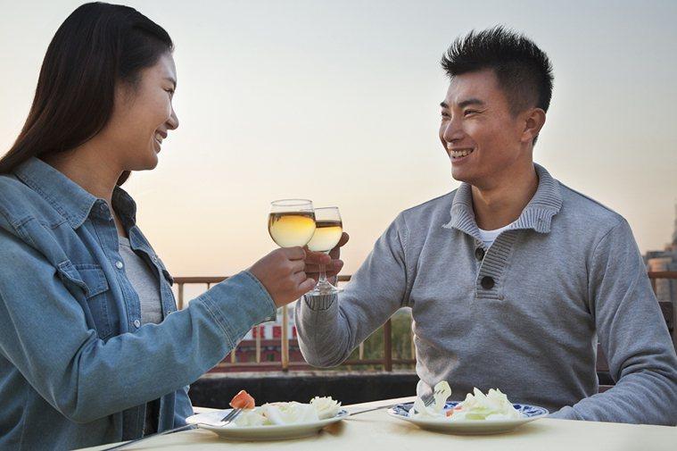 最近一份心理學研究指出,「好好吃一餐」是伴侶間增進互動最簡單也最有效的方法之一。...