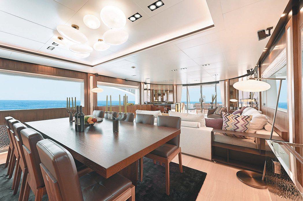 嘉鴻豪華遊艇內裝像一座海上豪宅。 記者吳秉鍇/攝影