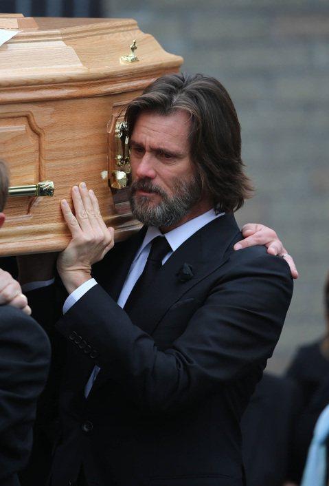 喜劇男星金凱瑞於英國時間10日出席前女友卡薩琳娜懷特的喪禮,並且親自抬棺,與上百位卡薩琳娜的親友一起送她最後一程。過程中,金凱瑞牽著女兒與卡薩琳娜姊姊的手,還一度難過落淚。與金凱瑞分分合合的卡薩琳娜...