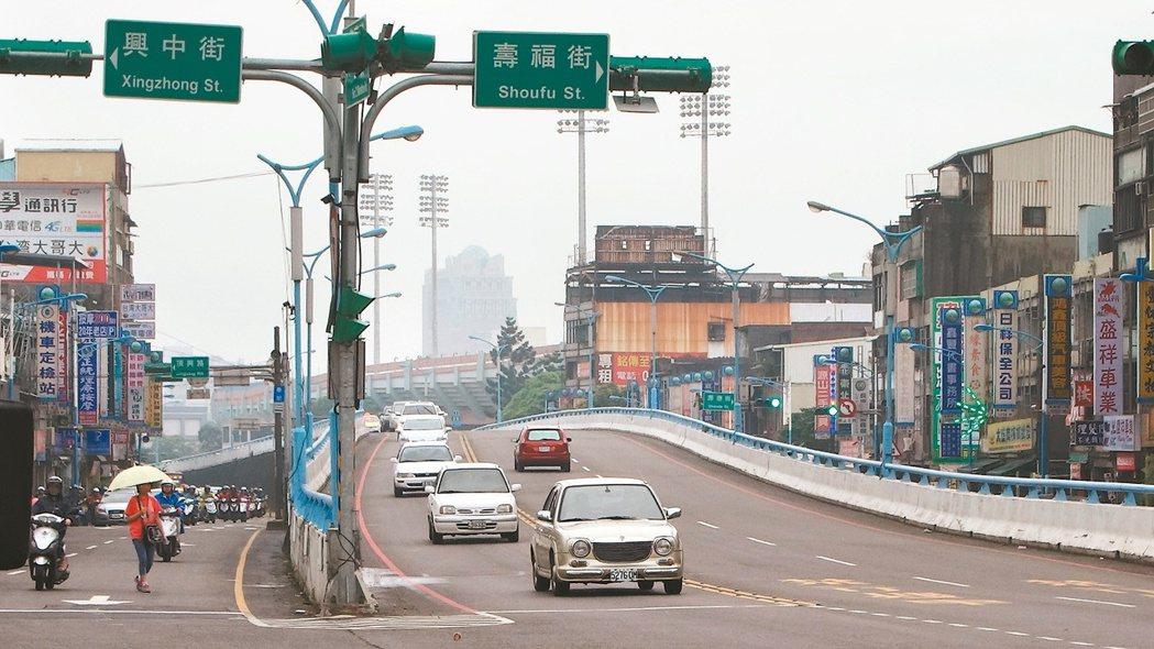 桃園陸橋下周拆除,通車47年的陸橋將走入歷史。 記者顏彙燕/攝影
