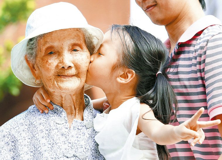 她百歲/要和曾孫環島去百歲周蕭辣四代同堂,孫子計畫帶著她的媳婦、孫媳婦、曾孫...
