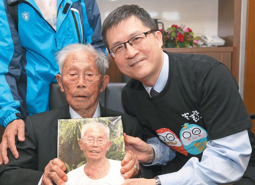 百歲人瑞黃德成爺爺(左)。 記者高彬原/攝影
