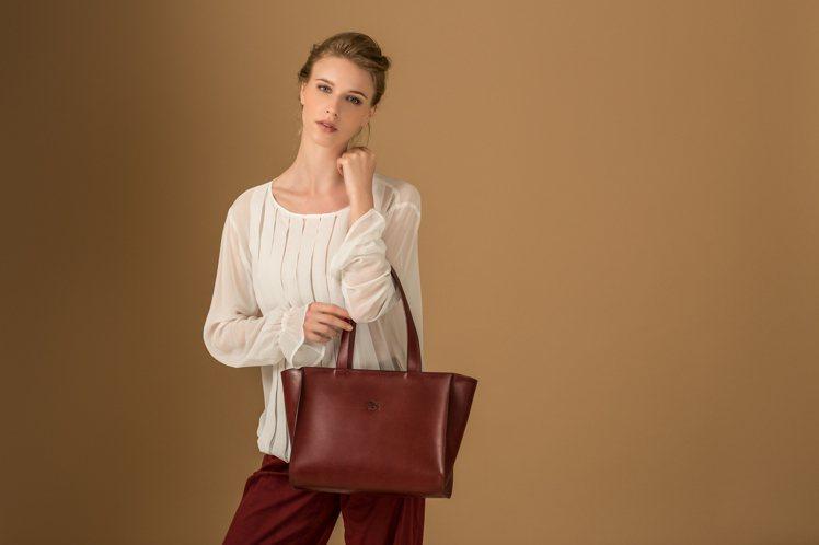 IL BISONTE皮包呈現自然的蜂蜜色,而且愈用愈有味道,深受藝術家、設計師的...